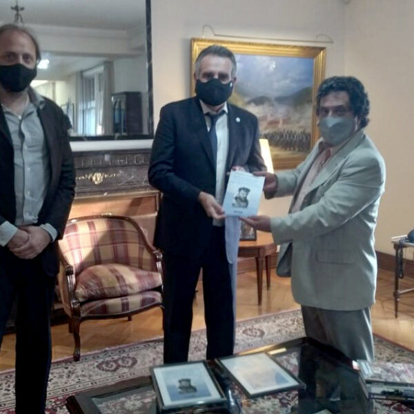 El Ministro Rossi recibió a los autores del libro biográfico del Gral. Jorge Leal